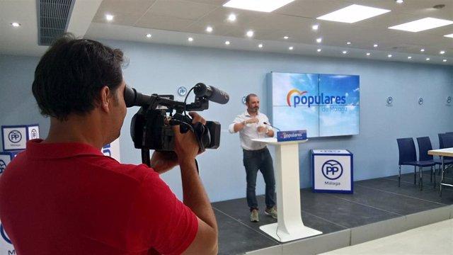 El portavoz adjunto del Partido Popular Andaluz, José Ramón Carmona, en rueda de prensa.