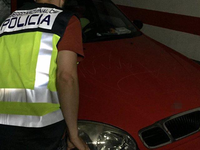 Un agente con el coche de la víctima
