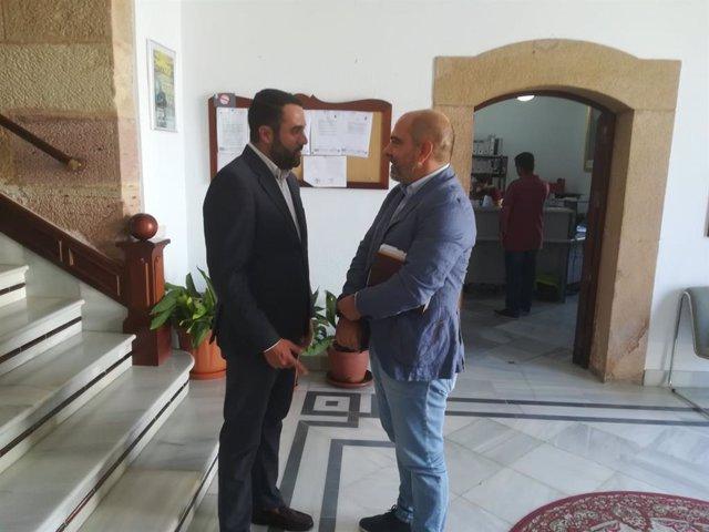Manuel Chacón con el alcalde de Algar