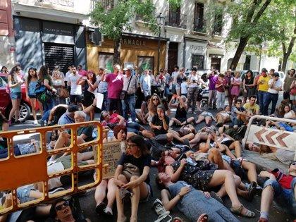 Unos 100 jóvenes piden ante la Embajada de Brasil acabar con los incendios del Amazonas y la dimisión de Bolsonaro