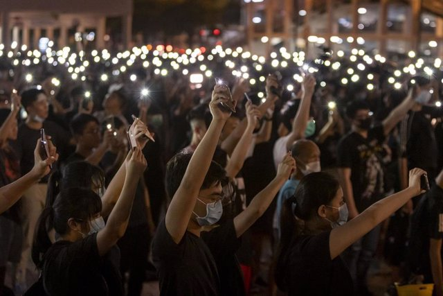 22 August 2019, China, Hong Kong: Students hold up their flashlight lit cell phones during a pro-democracy rally at Edinburgh Place. Photo: Adryel Talamantes/ZUMA Wire/dpa