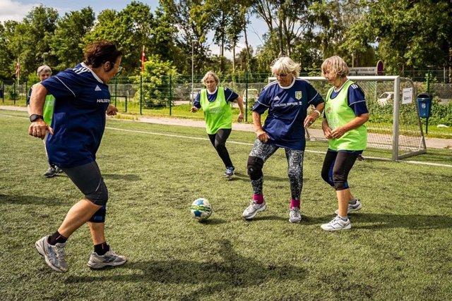 El fútbol (soccer) es de hecho un tipo de entrenamiento efectivo y multifacético con un potencial para mejoras simultáneas de amplio espectro en la aptitud cardiovascular, metabólica y musculoesquelética.