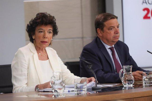 La portavoz del Gobierno y ministra de Educación en funciones, Isabel Celaá  y el ministro de Agricultura y Pesca en funciones, Luis Planas, durante la rueda de prensa tras el consejo de ministros en La Moncloa.