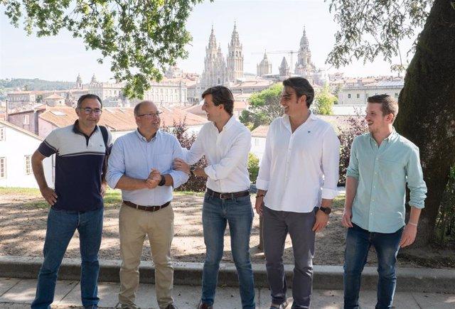 Pablo Montesinos y Miguel Tellado, junto con otros miembros del PP, en una visita a Santiago