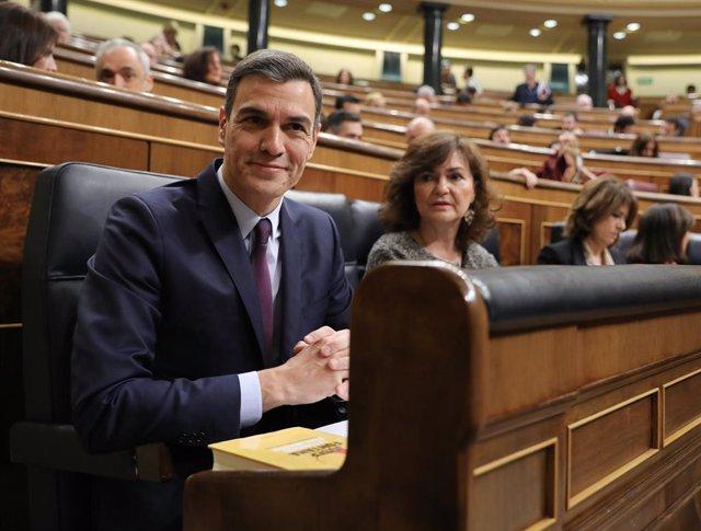 El president Pedro Sánchez i la vicepresidenta Carmen Calvo, asseguts en els seus respectius escons durant un ple al Congrés dels Diputats