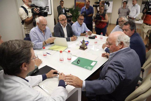 El consejero de Salud y el alcalde de Sevilla se reúnen por el brote de listeriosis