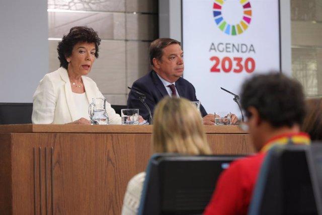 La portaveu del Govern i ministra d'Educació en funcions, Isabel Celaá  i el ministre d'Agricultura i Pesca en funcions, Luis Planas, durant la roda de premsa després del consell de ministres en La Moncloa.