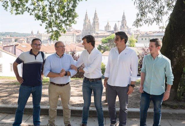 Pablo Montesinos i Miguel Tellado, juntament amb altres membres del PP, en una visita a Santiago