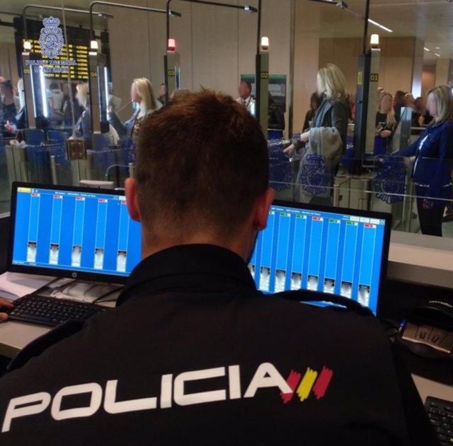 Control de pasaportes en un aeropuerto.