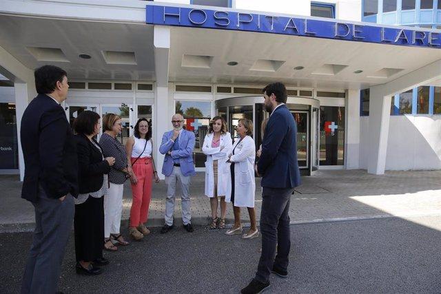 El consejero de Sanidad, Miguel Rodríguez, y la alcaldesa de Laredo, Rosario Losa, visitan el hospital