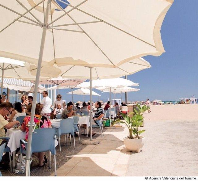 Turistas en una playa valenciana.