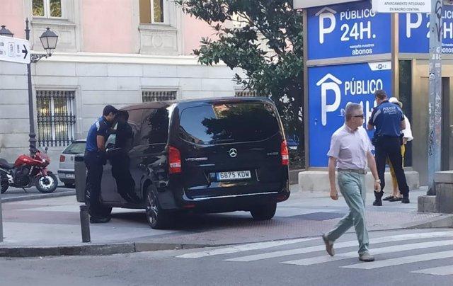 Inmovilizado un taxi 'pirata' contratado por una 'app' china que ofrecía rutas turísticas por Toledo y Madrid.