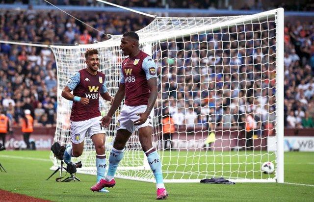 Wesley celebra su primer gol con el Aston Villa
