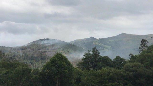 Incendio forestal en San Pedro de Paredes, Valdés.