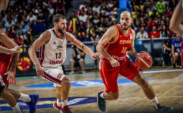 Quino Colom botando en el Letonia - España de las ventanas FIBA