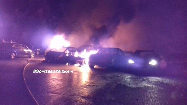 Incendio que ha calcinado 21 coches y ha afectado a otros ocho en Zamudio (Bizkaia)