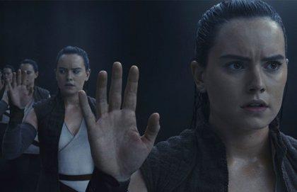 (VIDEO) Una pequeña y adorable fan de Rey utiliza los poderes de la Fuerza para detener a los villanos de Star Wars