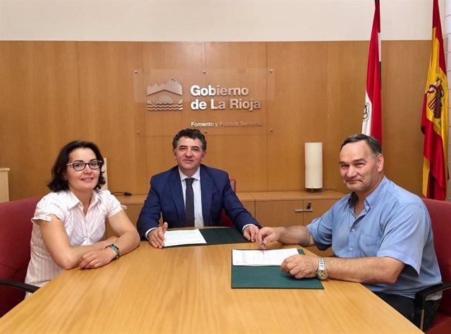 Cuevas firma el convenio con el alcalde de Manzanares para construir un frontón cubierto