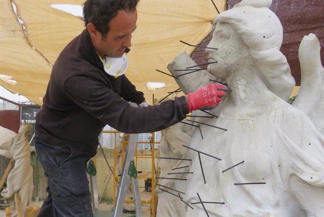 Victorias aladas del Parque María Luisa en proceso de restauración