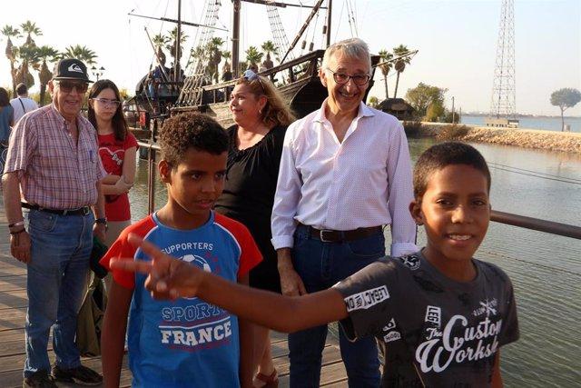 Niños saharauis en el Muelle de las Carabelas de Huelva