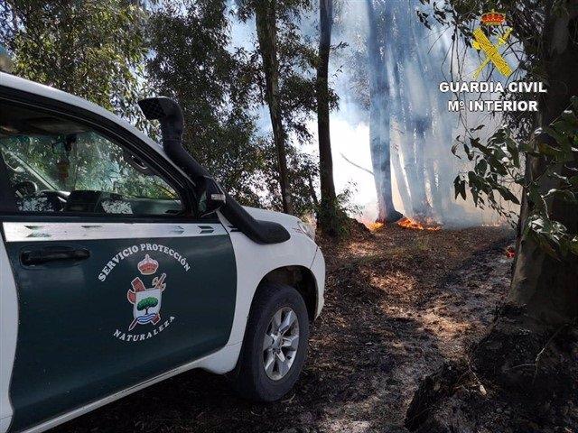 Vehículo del Seprona cerca de un incendio Forestal