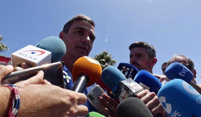 El presidente del Gobierno en funciones, Pedro Sánchez, atiende a los medios de comunicación durante su visita el Puesto de Mando Avanzado de Gran Canaria para conocer la evolución del incendio.