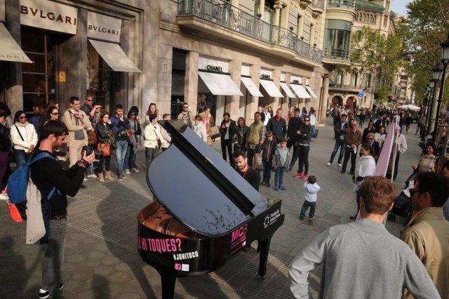 Un piano de cua en un carrer de Barcelona de l'Associació del Concurs Internacional de Música Maria Canals.