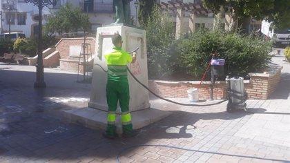 Limpian las pintadas realizadas en la estatua de Almendros Aguilar de Jaén