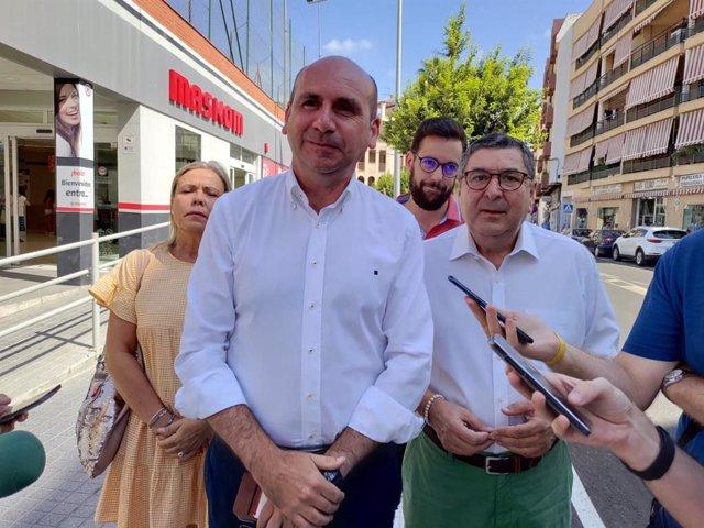 Conejo (PSOE-A) en una visita a Vélez-Málaga