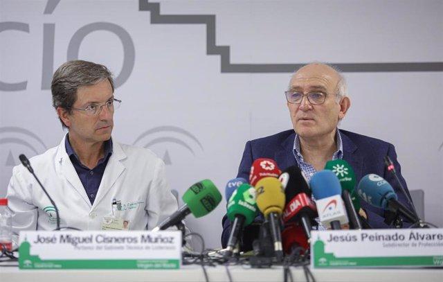 El portavoz del Gabinete Técnico de Listeriosis, José Miguel Cisneros (I) junto al subdirector de Protección de Salud, Jesús Peinado (D), comparecen en rueda de prensa tras reunirse con el consejero de Salud, el alcalde de Sevilla, y el personal técnico d