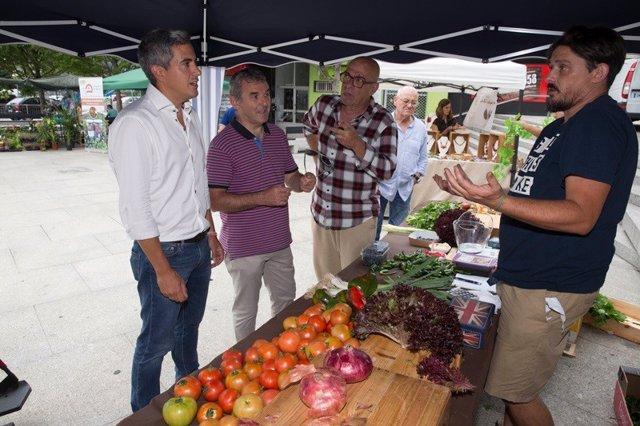 Nota De Prensa Y Foto Zuloaga Visita La I Feria Del Tomate Antiguo En Santa Cruz De Bezana