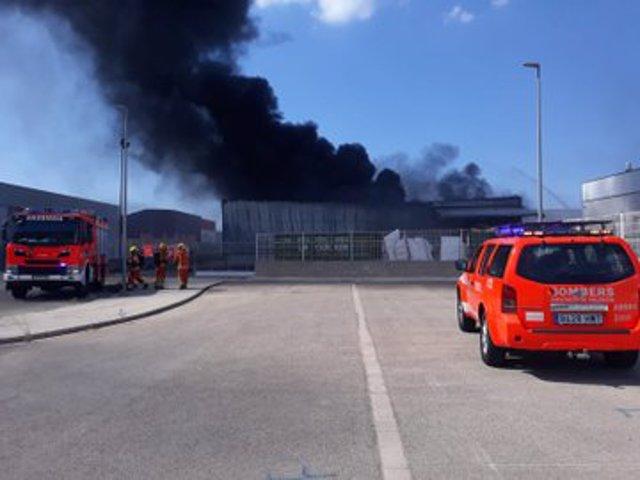 Incendio en una nave industrial de una fábrica de ataúdes de Novetlé