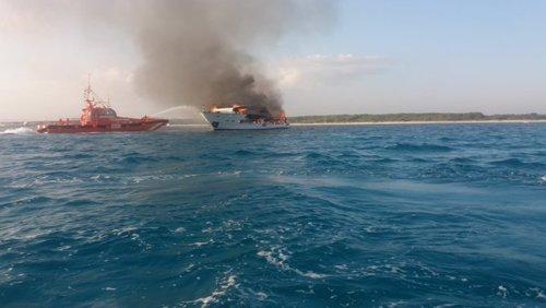 Arde un barco en la playa de Es trenc