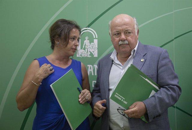 La viceconsejera de Salud y Familias, Catalina García (i) y el consejero de Salud y Familias, Jesús Aguirre (d) tras su comparecencia en rueda de prensa para informar de nuevos casos de listeriosis por consumo de carne mechada en la comunidad autonóma.