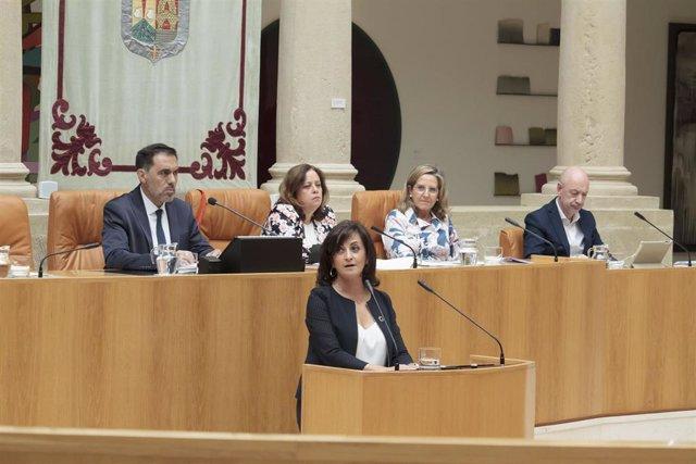 La candidata socialista a la presidencia de La Rioja, Concha Andreu, en el Parlamento de La Rioja, durante la primera sesión del pleno de investidura para la elección de la presidenta del Gobierno regional. Preside la sesión Jesús M.ª García García (detrá