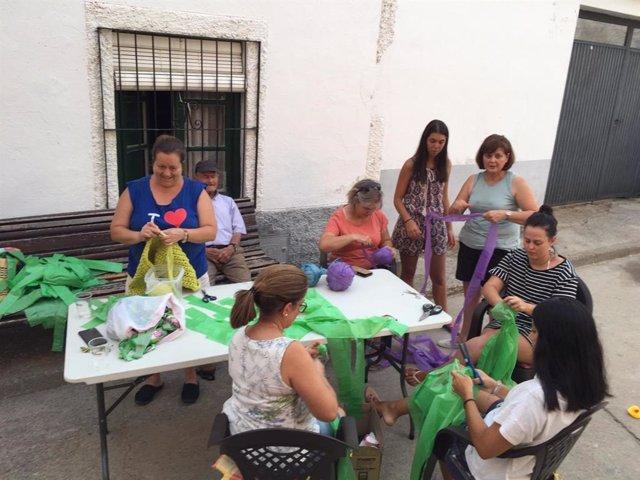 Vecinas de Navaltoril (Toledo) consiendo un toldo para sus fiestas de 2020 con bolsas de plástico recicladas.