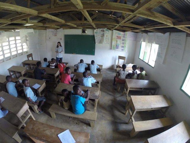 Una voluntaria da clases a niños dentro del proyecto EducaGuinea