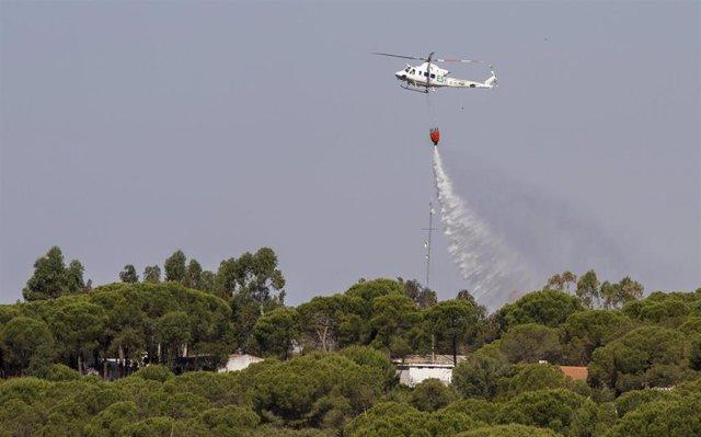 Helicóptero del Infoca actúa en el incendio declarado en Beas (Huelva).