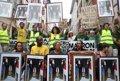 Anticapitalistas celebran una 'marcha de retratos' en Baiona con cuadros con la foto de Macron boca abajo