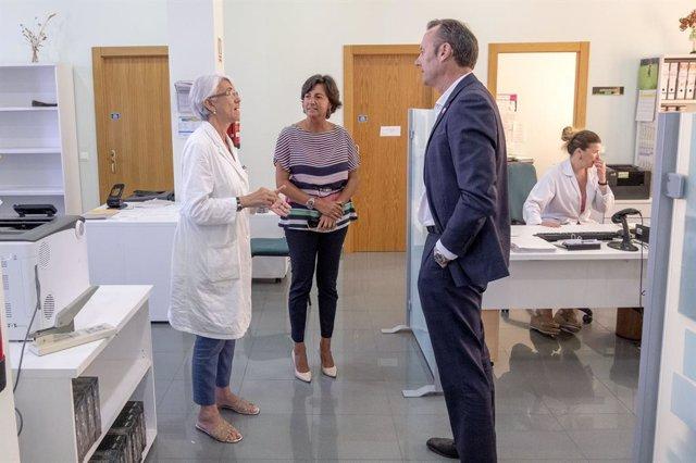 """Blanco visita Laboratorio de Ganadería y pide """"no bajar la guardia"""" en controles"""