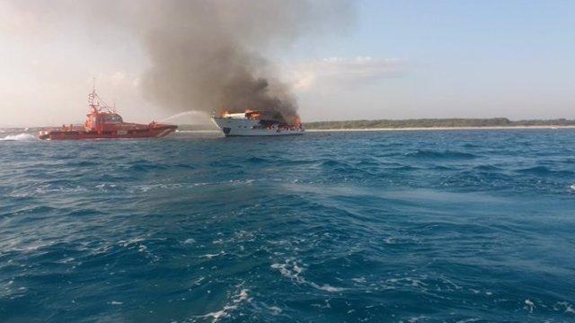 El yate en llamas, este sábado en aguas de Es Trenc.
