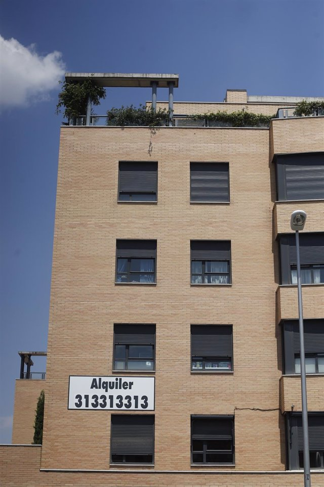 Cartel de 'alquiler' en un edificio de Madrid.
