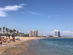 Desallotgen la platja de Sant Sebastià de Barcelona per un possible artefacte explosiu (EUROPA PRESS)