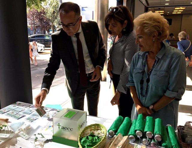 El consejero de Salud, Pablo Fernández Muñiz; la presidenta provincial de AECC en Asturias, Margarita Fuente, y la vicepresidenta de la junta local de AECC de Gijón,  Mabel Núñez.