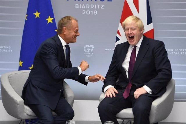 Boris Johnson y Donald Tusk durante la cumbre del G7 en Biarritz