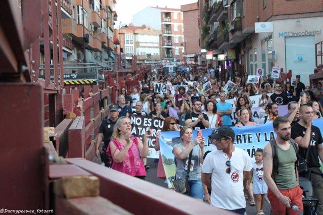 Cientos de personas protestan contra el festejo taurino de las fiestas patronales de San Sebastián de los Reyes.