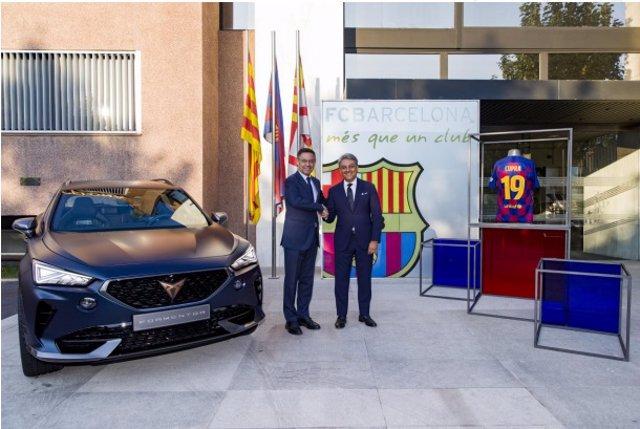 El presidente del FCB, Josep Maria Bartomeu, y el presidente de Seat, Luca de Meo