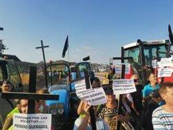 Pagesos i ramaders afectats pel foc de la Ribera d'Ebre tallen la C-12 a Flix per cinquè cop consecutiu (ACN)