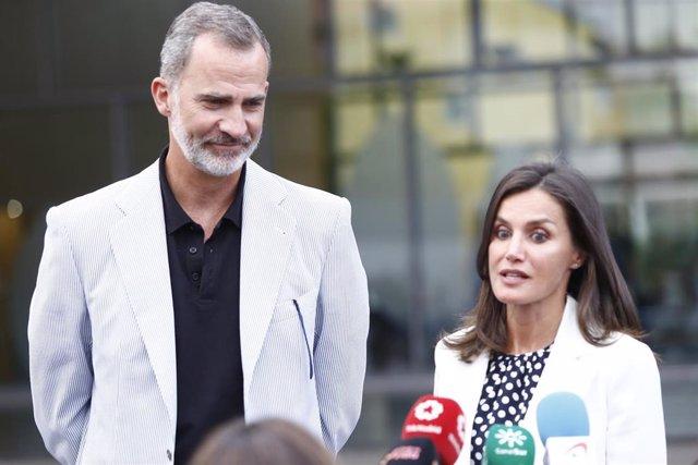Los Reyes salen de visitar a Don Juan Carlos en el hospital Quirón de Madrid