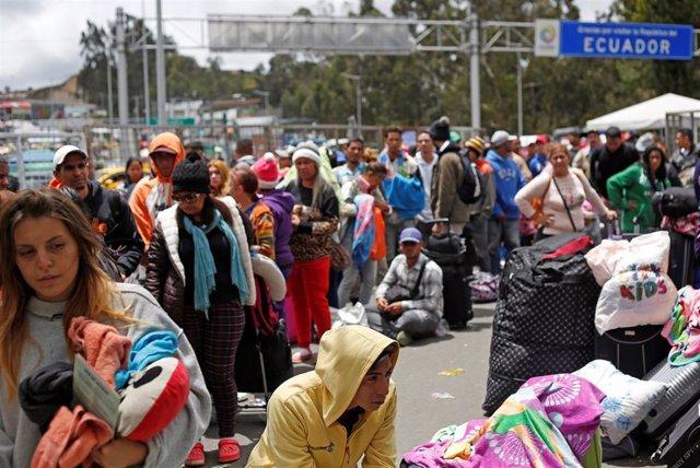 Venezolanos esperan en la frontera entre Colombia y Ecuador